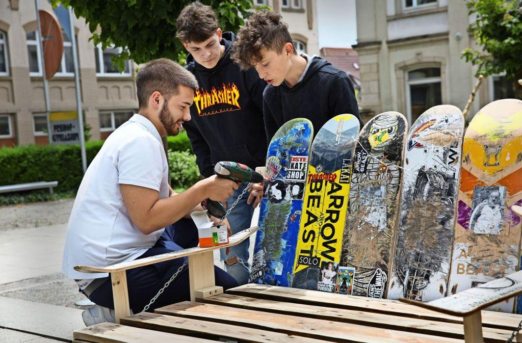 Unübersehbar sind die Gebrauchsspuren auf den alten Skateboards, die    Schüler zu einer Sofalehne verschrauben. Foto: Ines Rudel