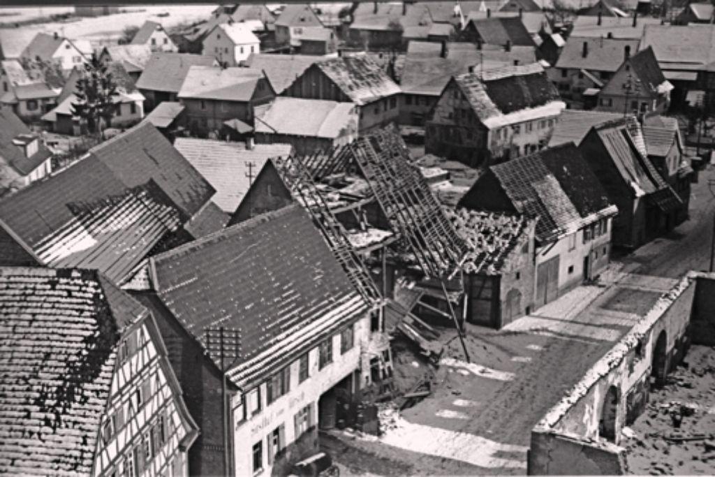 Die Aufnahme  vom Winter  1944/45 zeigt die Alte Stuttgarter Straße mit der ehemaligen Zehntscheuer, die völlig zerstört wurde (rechts). Das Alte Schulhaus (ganz links) blieb einigermaßen erhalten, daneben ist die  Gaststätte Hirsch zu sehen. Foto: