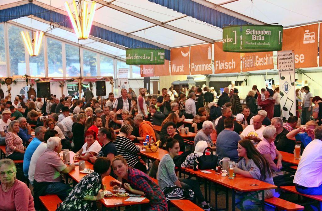 Seit 55 Jahren bewirtschaftet der Musikverein Feuerbach bei der Kirbe das Festzelt. Besonders voll dürfte es am Montag werden, wenn Gregor Gysi kommt. Foto: Torsten Ströbele