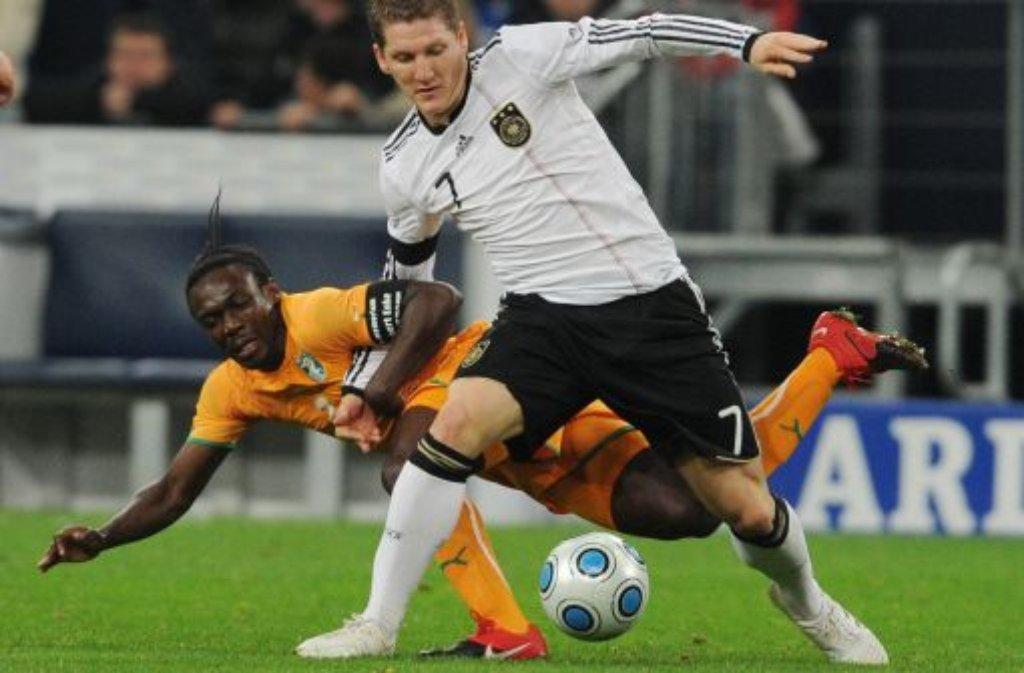 Arthur Boka (hinter Mesut Özil) ist einer von zwölf VfB-Bundesligaprofis (dazu fünf Talente), die aktuell für ihre Nationalmannschaften unterwegs sind. Boka spielt mit der Elfenbeinküste am Samstag im Senegal. Klicken Sie sich durch die unsere Bildergalerie mit den ... Foto: dpa