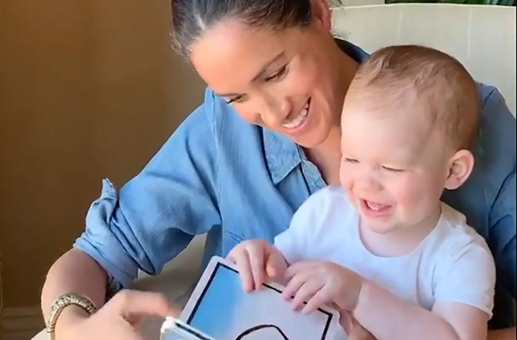 Zu Archies erstem Geburtstag veröffentlichten die Sussex' ein Video: Es zeigt, wie Herzogin Meghan ihrem Sohn ein Buch vorliest. Foto: AFP/Save the Children/THE DUKE AND DUCHESS OF SUSSEX
