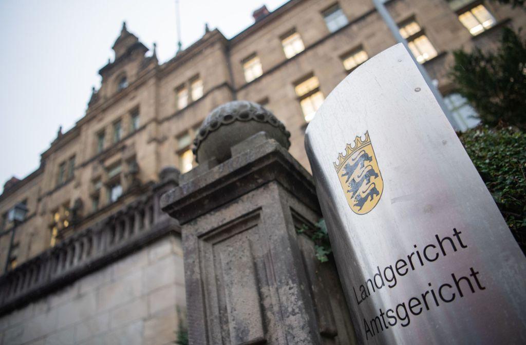Vor dem Landgericht Tübingen muss sich ein 24-Jähriger wegen fahrlässiger Tötung, versuchten Mordes und unerlaubten Entfernens vom Unfallort verantworten. Foto: dpa/Tom Weller