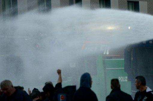 Wasserwerfer gegen Hooligans in Köln