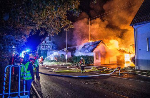 Gebäude steht in Flammen – Brandstiftung nicht ausgeschlossen