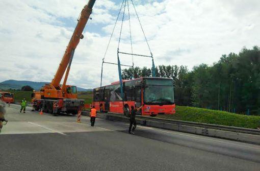 Linienbus kracht auf A8 Richtung München in Betonwand
