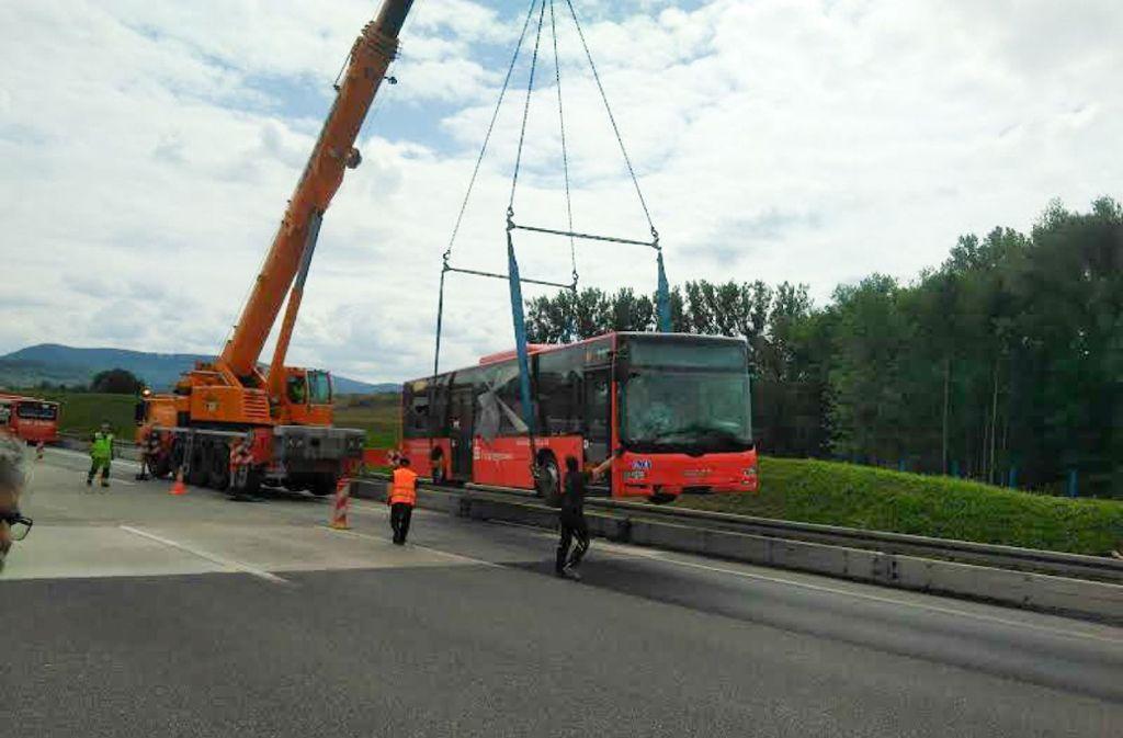 Der Bus musste mit einem Kran geborgen werden. Foto: SDMG