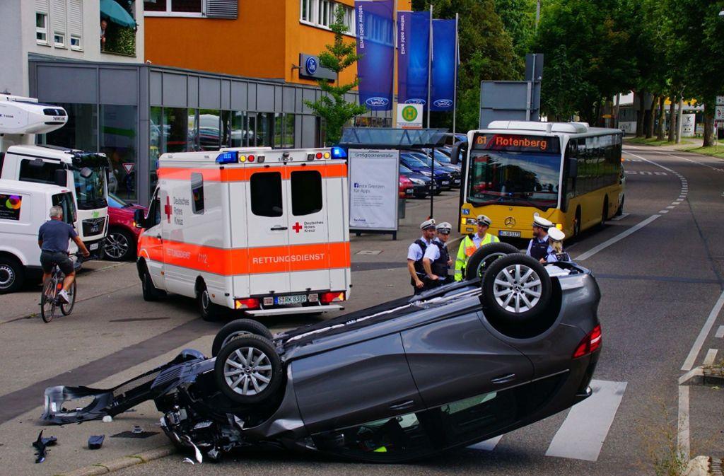 In Stuttgart-Untertürkheim hat sich am Freitag bei einem Unfall ein Auto überschlagen. Foto: Andreas Rosar Fotoagentur-Stuttg