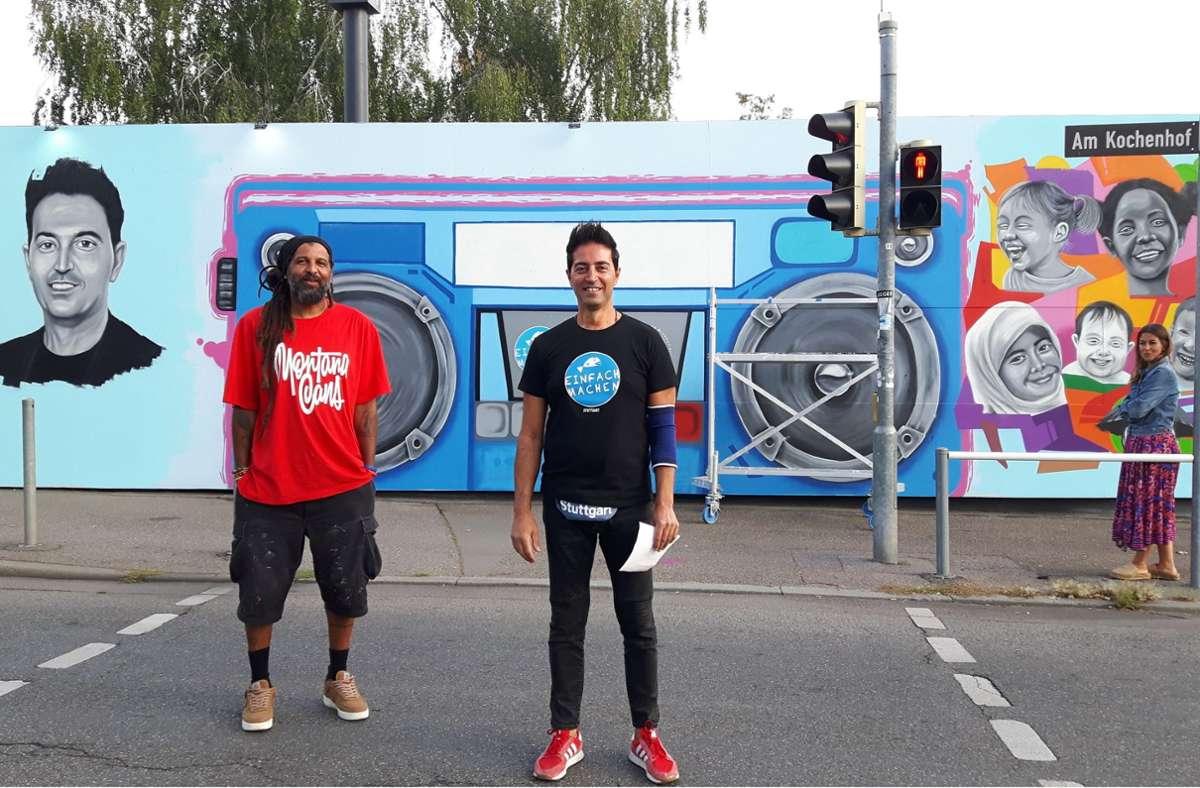 Street-Artist Eme (links) und OB-Kandidat Abdul-Karim vor der umstrittenen Fassade Foto: Eva Funke