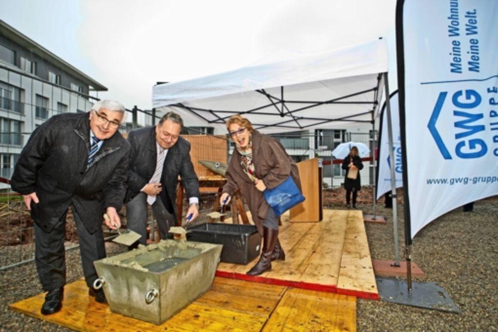 Rainer Alber von der Baufirma Rommel, Rainer Ganske von der GWG und Bezirksvorsteherin Sabine Mezger (von links)  bei der Grundsteinlegung Foto: GWG/Peter-Michael Petsch