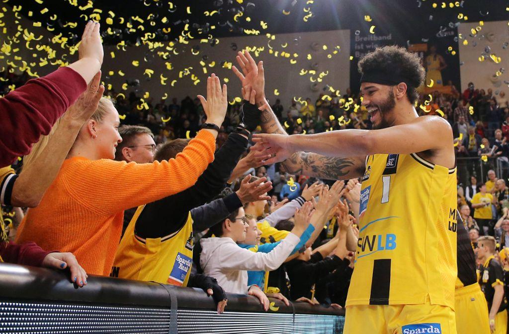 Jubel, Trubel, Heiterkeit: Die Fans feiern Nick Weiler-Babb und die Mannschaft. Foto: Baumann