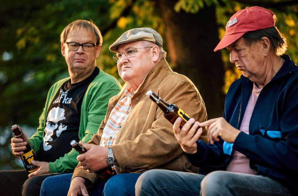Dicke Kumpel: von links Bernd (Fritz Roth),Paul Krüger (Horst Krause) und Ecki (Jörg Gudzuhn) Foto: ARD Degeto/Olaf R. Benold