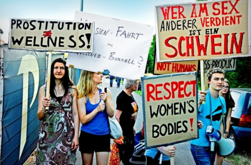 Zur Neueröffnung des Saarbrücker Paradise protestieren  Dutzende genervte Bürger vor den Toren des Sexclubs – assistiert von Aktivistinnen der Gruppe Femen. Foto: picture alliance
