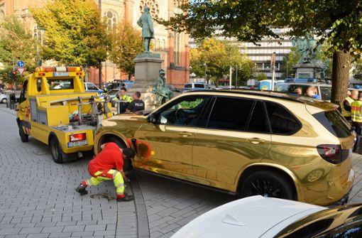 Gutachter beurteilt Straßentauglichkeit von Gold-SUV