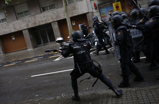 Spanische Polizei feuert mit Gummigeschossen
