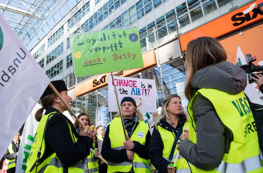 Die Flugbegleiter der Lufthansa sind weiter streikbereit. (Archivbild) Foto: dpa/Matthias Balk