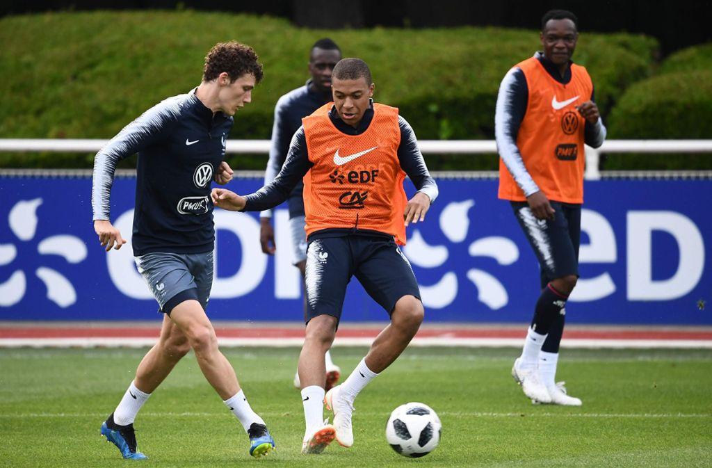 Benjamin Pavard (li.) spielt für Frankreich an der Seite von Topstars wie Kylian Mbappé (Mitte). Foto: AFP