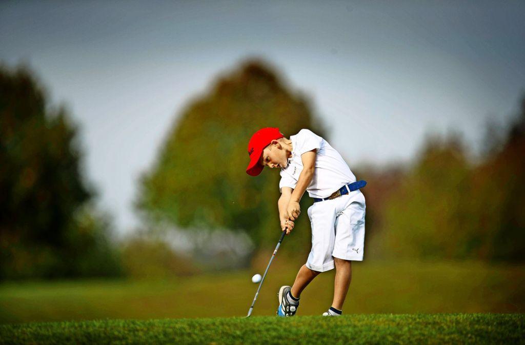 Früh übt sich –  ein junger Nachwuchsgolfer spielt auf  dem neuen öffentlichen Kurzplatz des Golfclubs Haghof. Foto: Gottfried Stoppel
