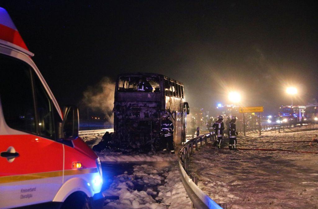 Der Bus auf der B 308 bei Oberreute (Landkreis Lindau) brannte völlig aus. Foto: dpa