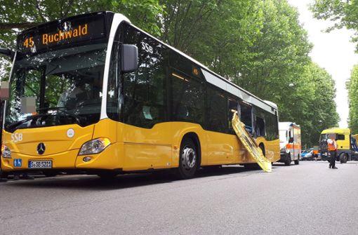 Lkw rammt Linienbus