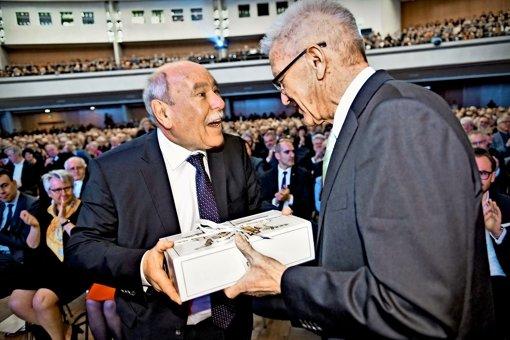 Wein aus den Kellern des Landes vom Regierungschef Kretschmann an den scheidenden Ivo Gönner. Was sonst? Foto: dpa