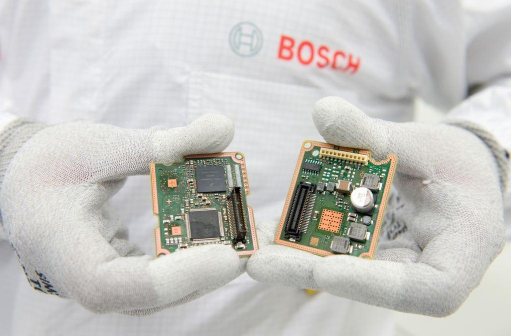 Ein Bosch-Beschäftigter in Reutlingen hält Radarsensoren in den Händen. Damit die baden-württembergische Wirtschaft bei der Digitalisierung nicht abgehängt wird, fordern Arbeitgeber flexiblere Arbeitszeiten. Foto: dpa