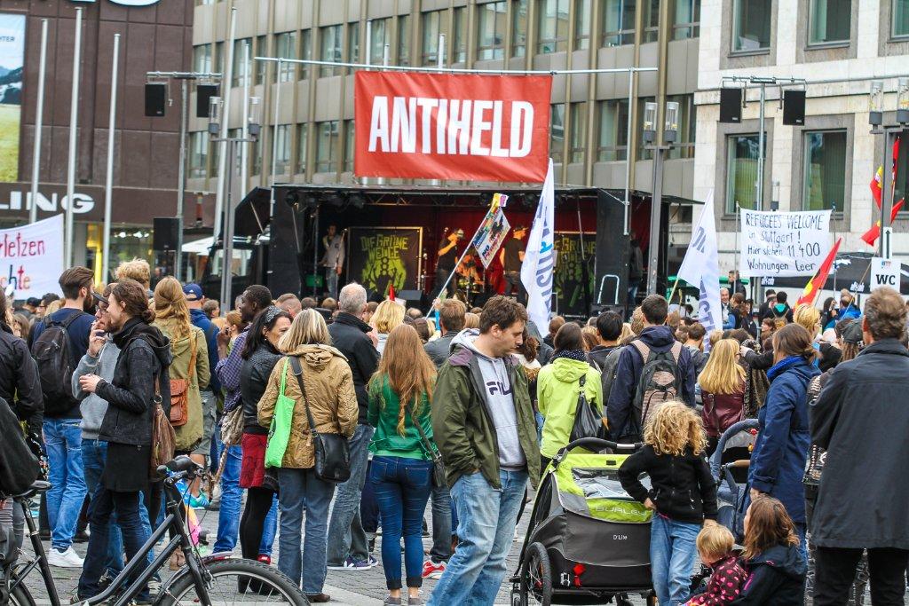 Friedlicher Protest gegen Fremdenfeindlichkeit auf dem Marktplatz in Stuttgart. Foto: www.7aktuell.de | Andreas Friedrichs