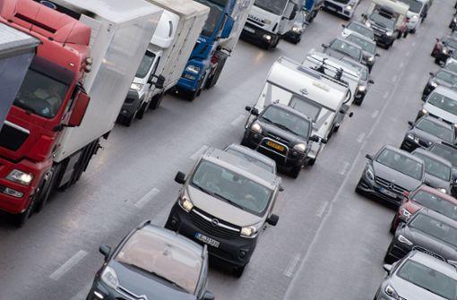 Lastwagen in Flammen – Polizei muss A8 voll sperren