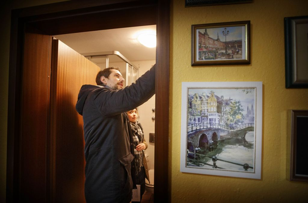 Der Makler Alexander Lehle zeigt einer Interessentin eine Wohnung in Waiblingen Foto: Gottfried Stoppel