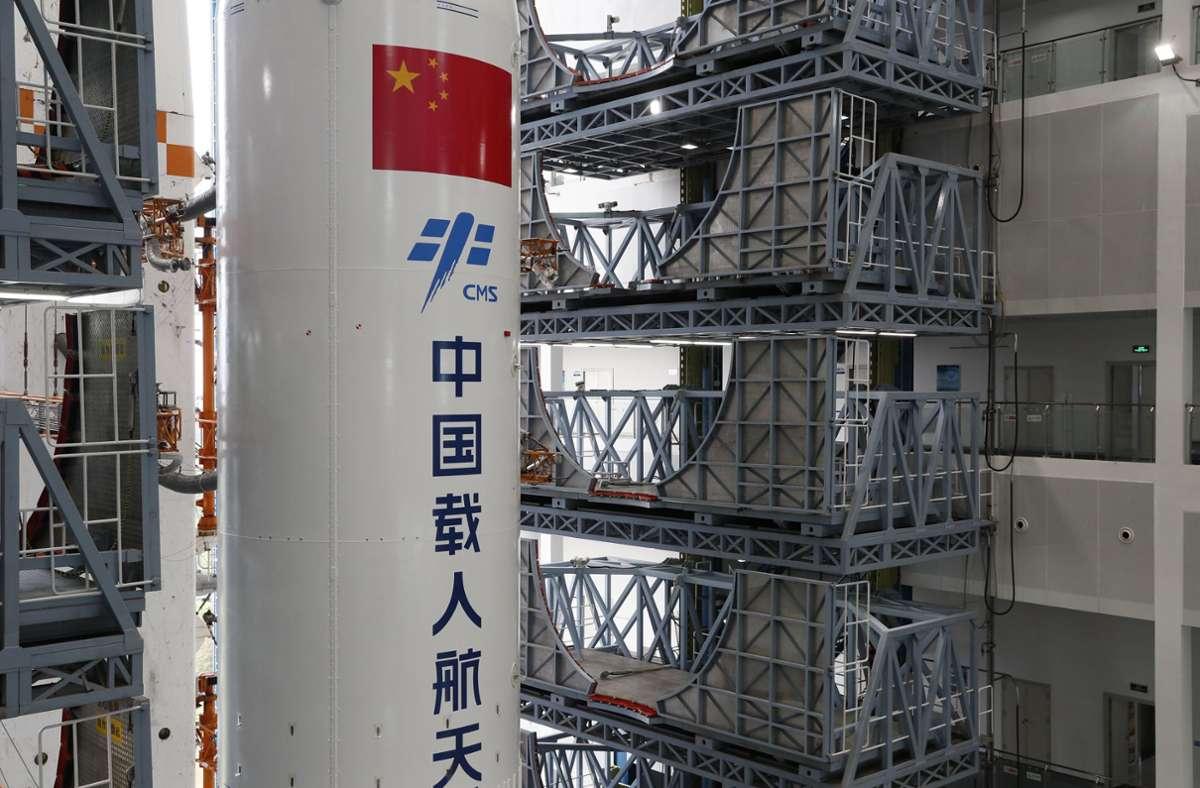 """Westliche Raumfahrtexperten haben vor möglichen Trümmerteilen durch einen """"unkontrollierten"""" Wiedereintritt der 20 Tonnen schweren Hauptraketenstufe in die Atmosphäre gewarnt. Foto: dpa/Guo Wenbin"""