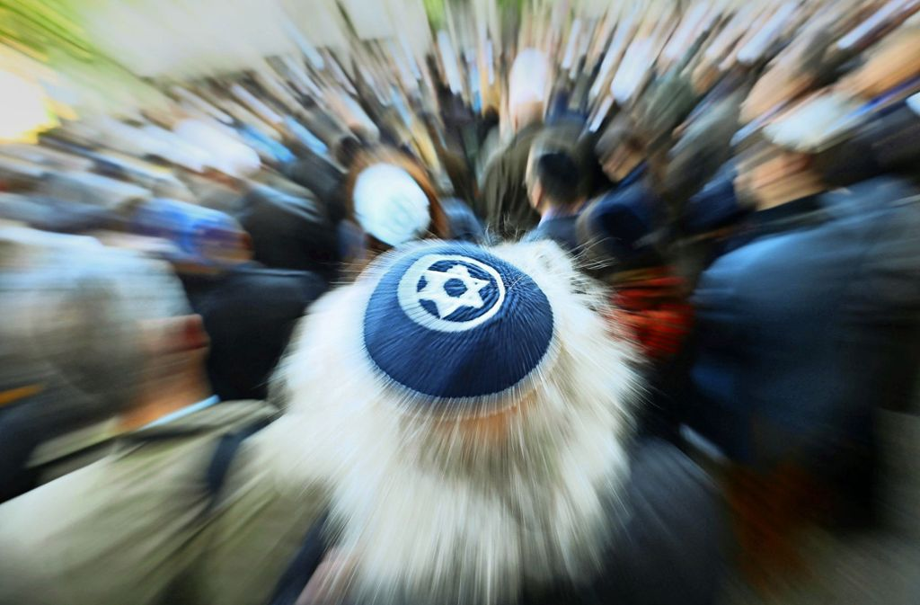 """Ein Mann mit einer Kippa im April 2018 bei der Solidaritätskundgebung """"Berlin trägt Kippa"""" der Jüdischen Gemeinde zu Berlin. Anlass war der Angriff auf einen Mann mit Kippa in Prenzlauer Berg. Foto: dpa"""
