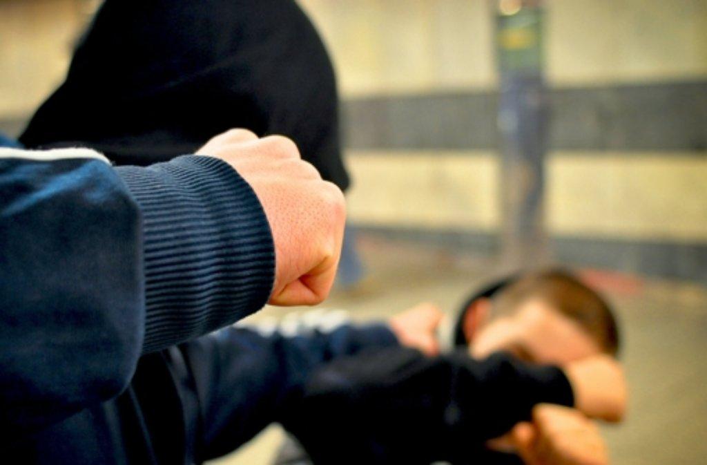 Weil er einer jungen Frau, die belästigt wurde, helfen wollte, ist ein 47-Jähriger am Freitagabend von den Tätern attackiert und verletzt worden. (Symbolbild) Foto: Regio - Philipp Weingand