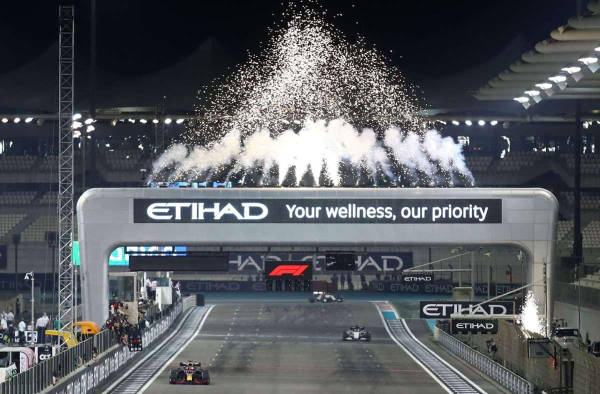 Max Verstappen rast über die Ziellinie und beendet die Formel-1-Saison 2020, von der viele Skeptiker geglaubt hätten, dass sie niemals stattfinden würde. Foto: AFP/BRYN LENNON