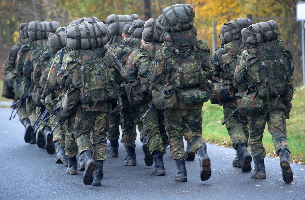 Das Verteidigungsministerium hat keine Erkenntnisse darüber, dass die bei einem Übungsmarsch kollabierten Soldaten illegale Aufputschmittel genommen haben (Symbolbild). Foto: dpa-Zentralbild