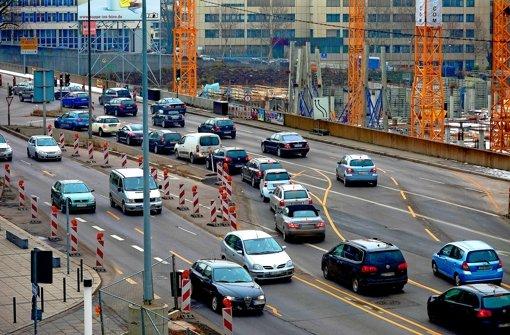 In der Heilbronner Straße bekommen die Autofahrer schon mit, dass darunter bald ein Stadtbahntunnel gebaut wird.  In der Heilbronner Straße bekommen die Autofahrer schon mit, dass darunter ein langer Stadtbahntunnel gebaut wird. Foto: Horst Rudel