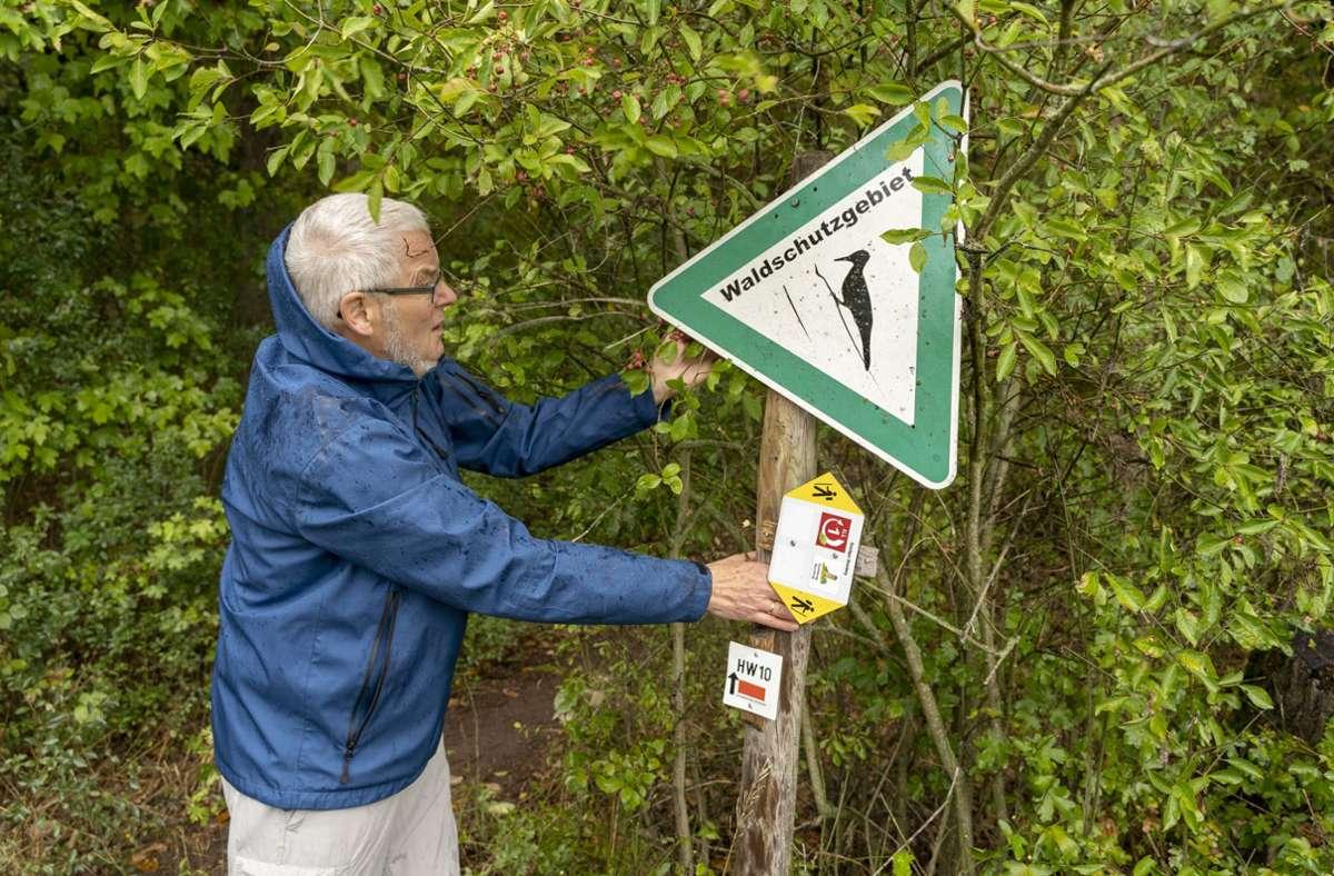 Schilder in Schräglage: Rainer Czerny legt Hand an. Doch an vielen Wanderwegen fehlen Helfer, die nach dem Rechten sehen. Foto: factum/Jürgen Bach