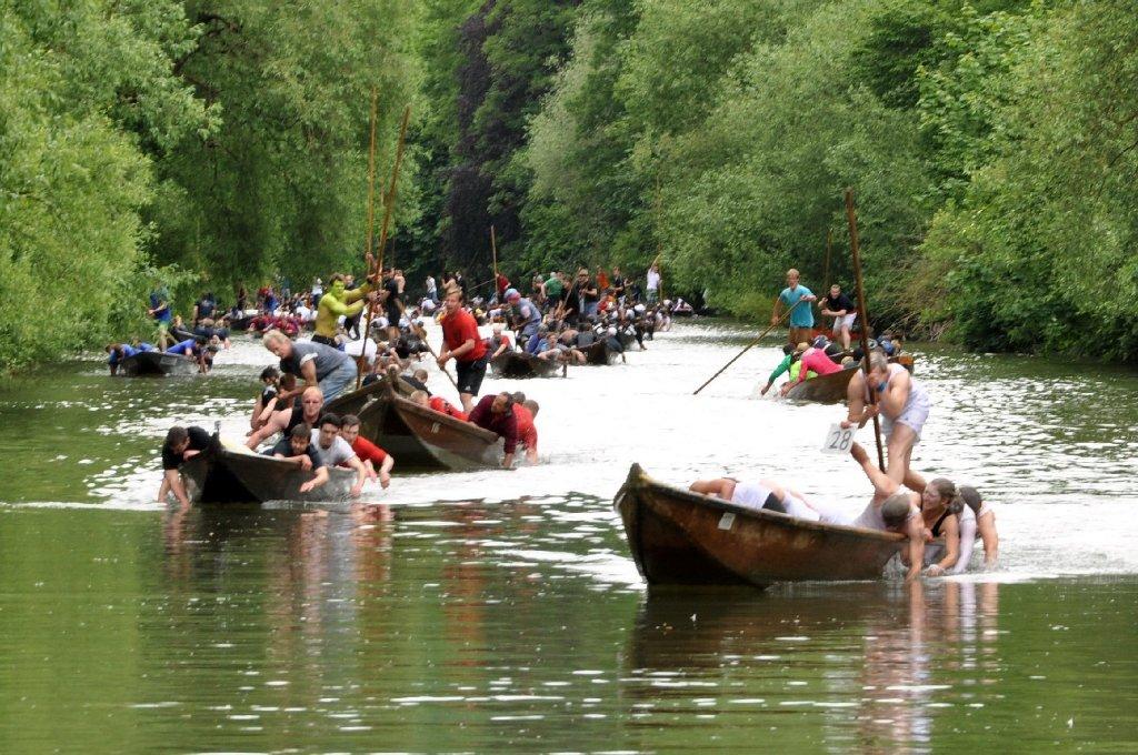 Holz splittert, Wasser spritzt, Zuschauer jubeln: Tübinger Studenten verwandeln den Neckar zur Wettkampfarena. Das Stocherkahnrennen zieht tausende Besucher an. Und wird ein Fall für den Rettungsdienst. Foto: www.7aktuell.de |