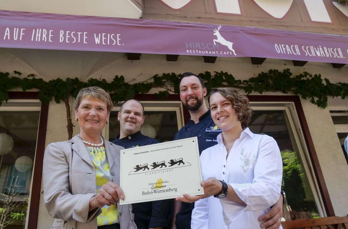 """Das Restaurant Café Hirsch in Besigheim hat die  höchste """"Schmeck-den-Süden""""-Auszeichnung bekommen. Im Bild:  Staatssekretärin Friedlinde Gurr-Hirsch  mit  Markus Koppe, Dean Koppe und  Sarah Koppe vom """"Hirsch""""-Team. Foto: factum/Simon Granville"""