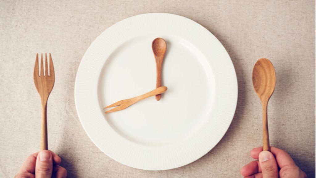 Durch intermittierendes Fasten gesund Gewicht verlieren. Effektiv und nachhaltig abnehmen mit dem richtigen Rhythmus. Foto: SewCream / Shutterstock.com