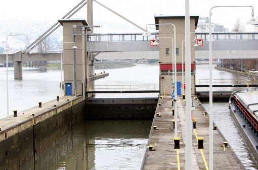 Die Wasserschutzpolizei hat in Stuttgart-Untertürkheim eine Madonnenfigur aus dem Neckar geborgen. (Symbolbild)  Foto: dpa