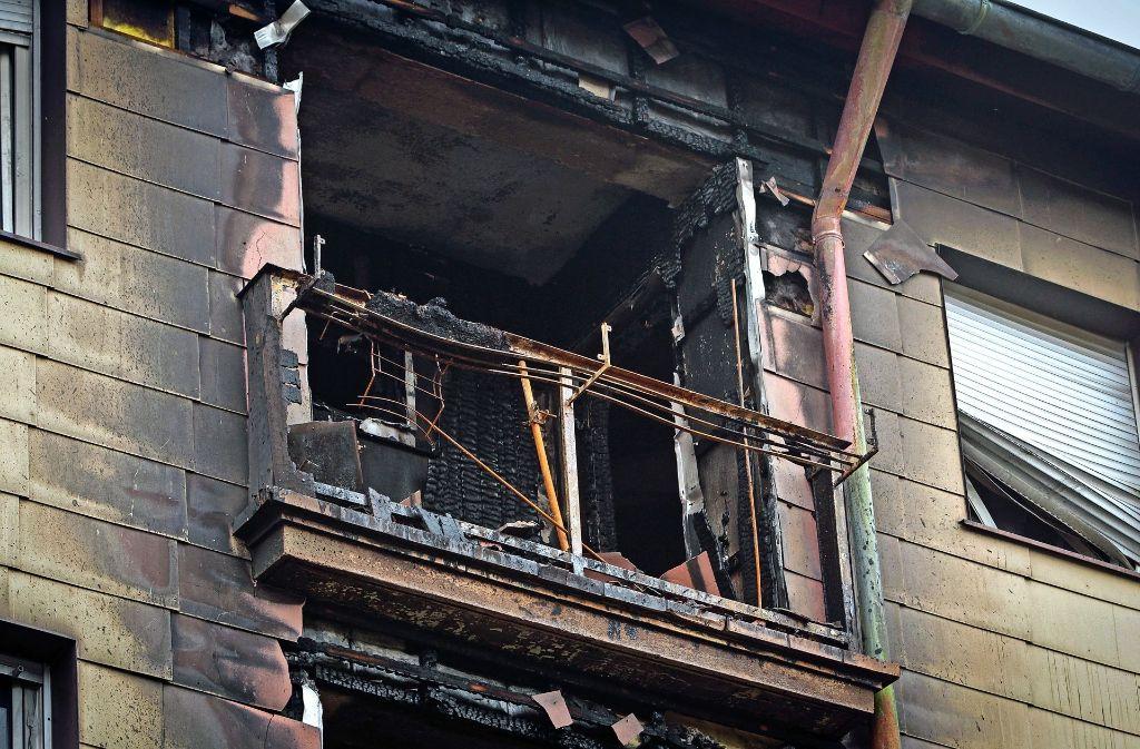 Das Feuer hat in dem gut 60 Jahre alten Haus nicht nur  Balkone zerstört. Foto: factum/Bach
