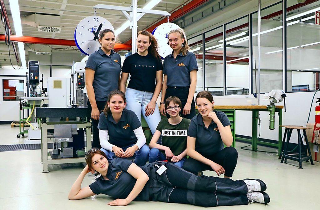 Das Gymnasiastinnen-Team ist zufrieden mit seiner Arbeit an den zwei Uhren. Foto: Schule