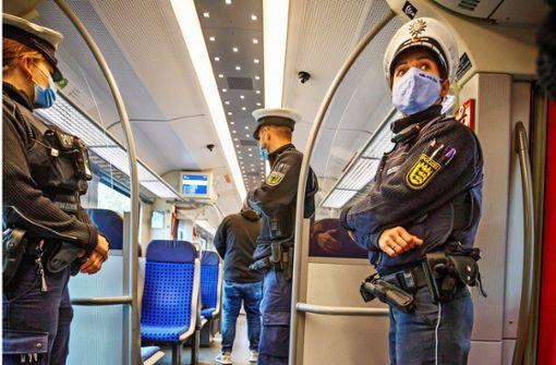 Rabauke in S-Bahn würgt DB-Wachmann