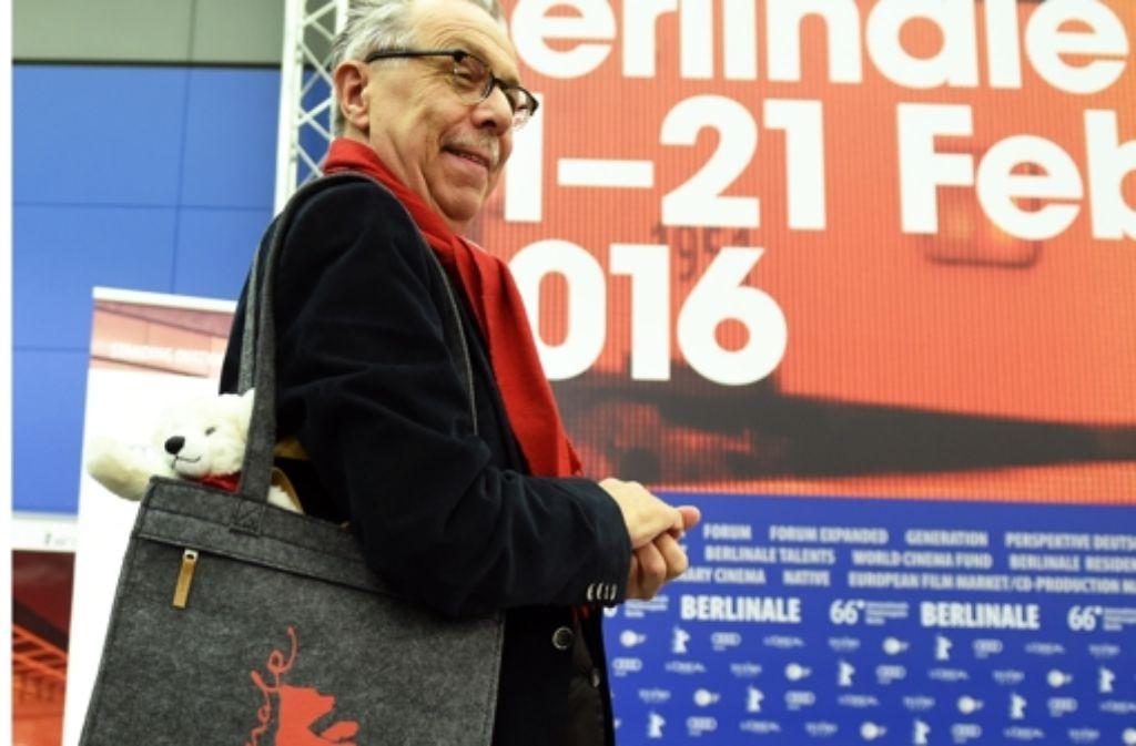 Dieter Kosslick mit der diesjährigen Berlinale-Tasche Foto: dpa