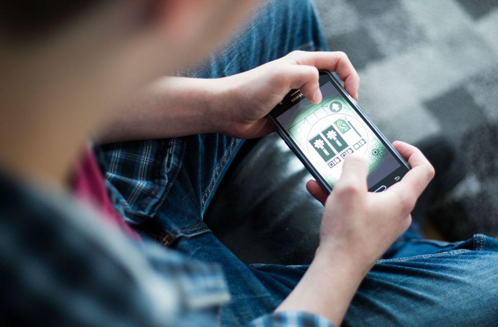 Nur wer Smartphones besitze, könne auch Kompetenzen für die digitalen Geräte entwickeln, so die Grünen. (Archivbild) Foto: picture alliance/dpa/Marcel Kusch