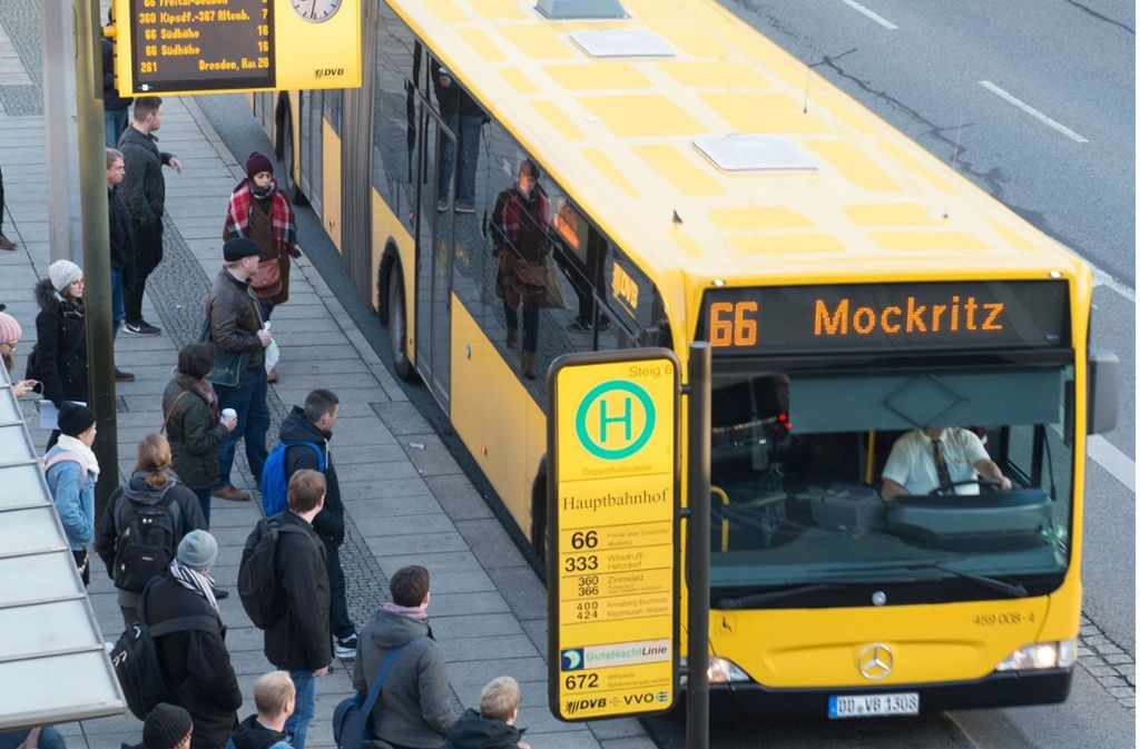 """Ein Linienbus in Dresden. Ein Busfahrer platzierte an der Seitenscheibe einen Zettel mit der Aufschrift """"Diesen Bus steuert ein Deutscher Fahrer"""". (Archivbild) Foto: dpa/Sebastian Kahnert"""