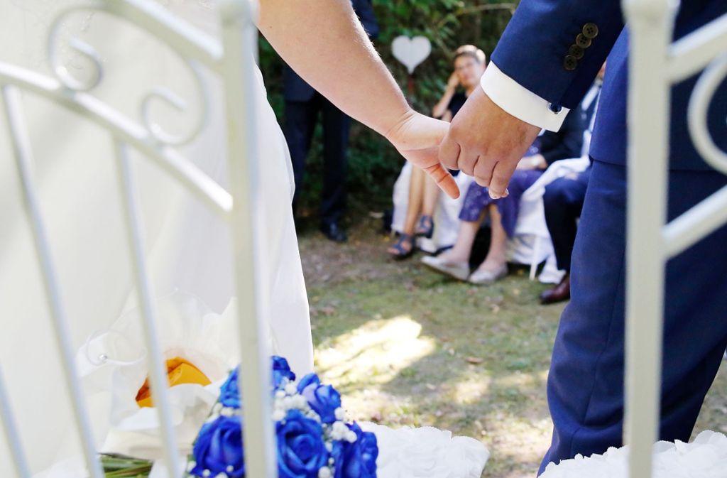 Heiraten an besonderen Daten kann möglicherweise eine Ehe retten. Foto: imago images/Manuel Geisser