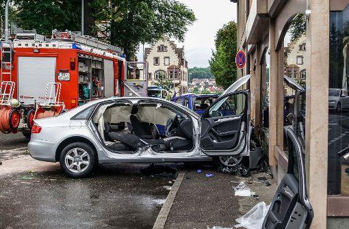Zwei Autos rasen in Schaufenster