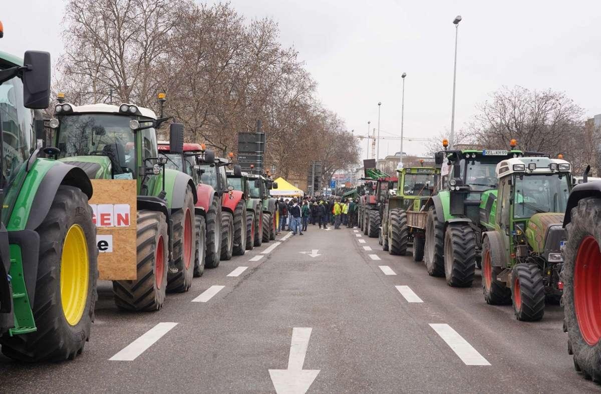 Unzählige Bauern fuhren mit ihren Traktoren in die Stuttgarter City. Foto: Andreas Rosar/Fotoagentur-Stuttgart