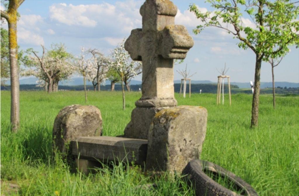 Denkmal – und Lehne: das steinerne Kreuz an der Neuhauser Straße Foto: Sägesser