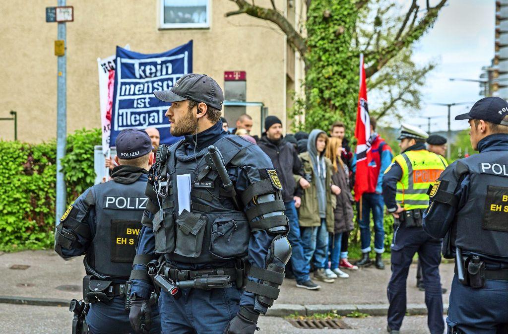 Die Polizei ist mit Einsatzkräften vor dem Bürgerhaus präsent gewesen. Foto: Lg/Julian Rettig